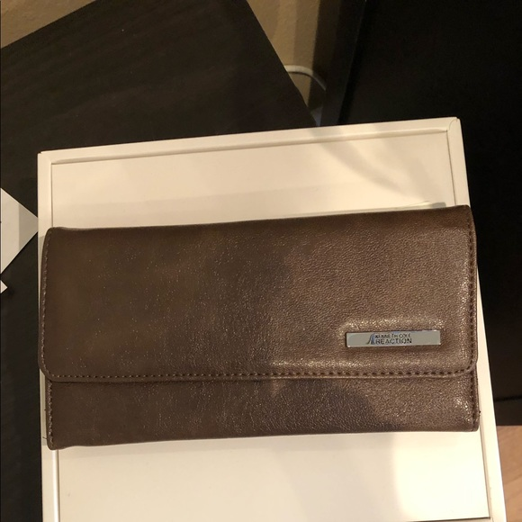 Kenneth Cole Handbags - Kenneth Cole wallet